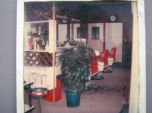 昭和時代の店舗 赤い椅子がカッコイイ