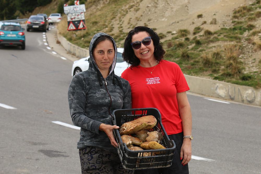 רוכלת בצד הדרך ברומניה