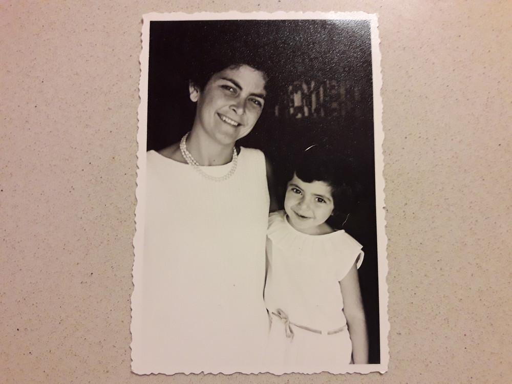 עם אמא בשמלות לבנות