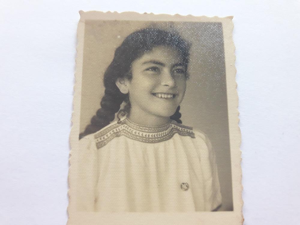אמא עם צמות וחולצה רוסית רקומה