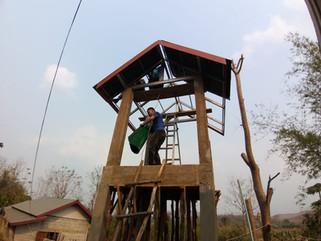 Construction du toit de la citerne du dispensaire.