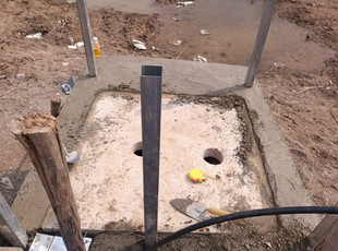 Les ouvriers construisent le puit de captage comportant le puit, les pompes à eau et les filtres à eau.
