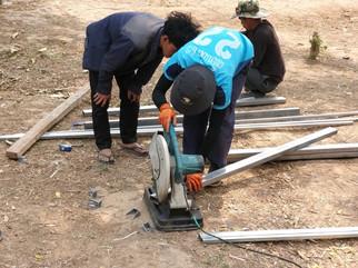 Construction du toit de la citerne de l'école.