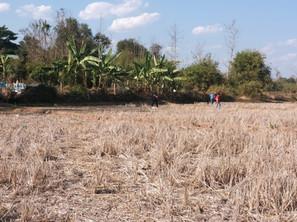 Le réseau qui doit amener l'eau au dispensaire et à l'école est complexe et traverse des terres privées, ce qui suppose des négociations pas toujours faciles avec les propriétaires.