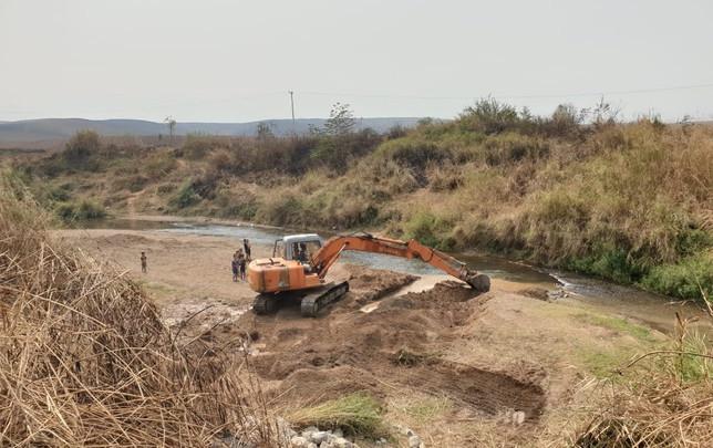 La pelleteuse creuse la source d'eau.