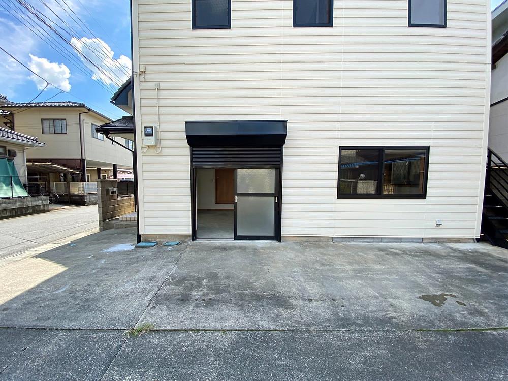 土間の引き戸(シャッター付)。玄関前の駐車場から出入り可能