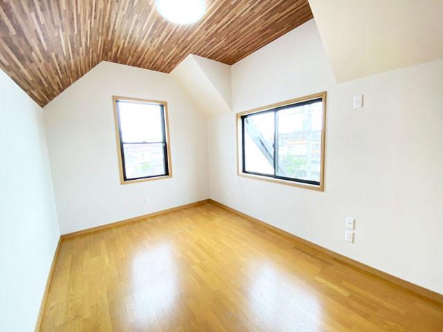 3階洋室6帖。二面採光で明るさたっぷりです。