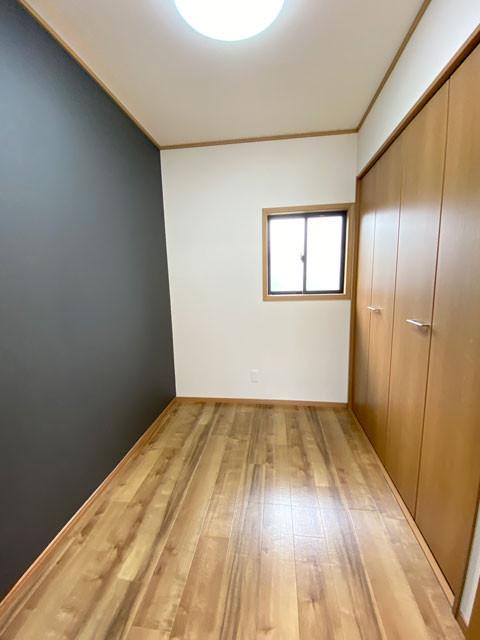 2階3帖書斎。壁一面は保磁力がありチョークで描ける特殊仕上げ。