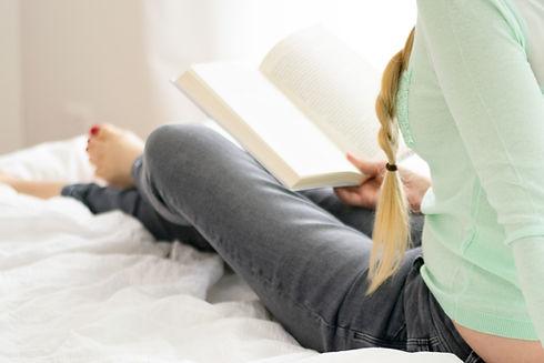 Lectura de la mujer en la cama