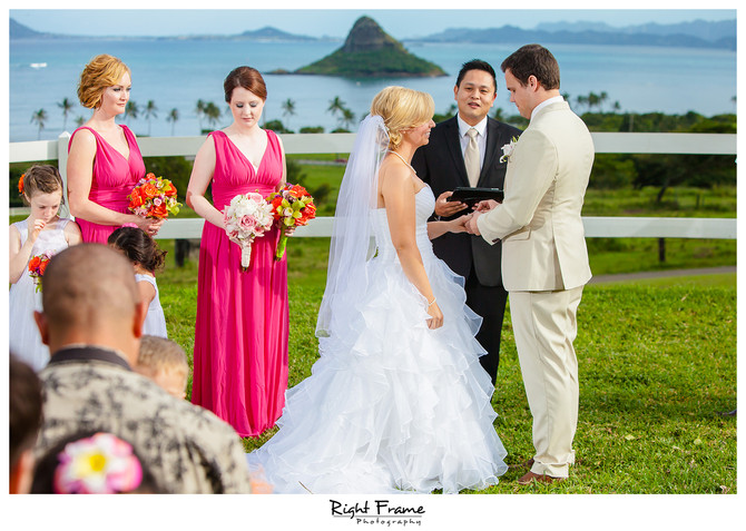 Hawaii Wedding Minister and Officiant  :  Jamie and Grant : Photo by Right Frame Photography