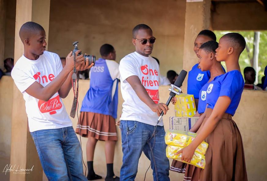 Des filles du lycée de Tolon au Ghana bénéficient de la campagne One Friend, One Box