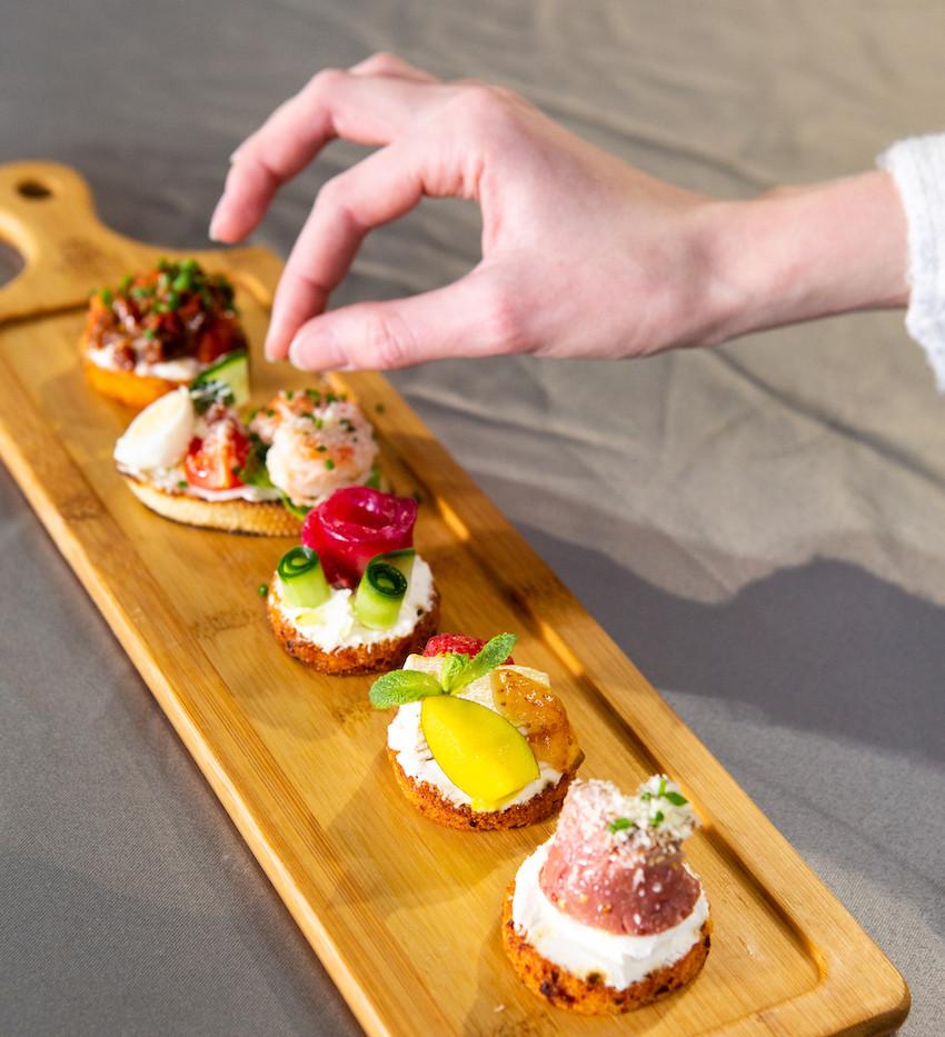 Пинчос с креветкой, перепелиным яйцом и соусом Цезарь