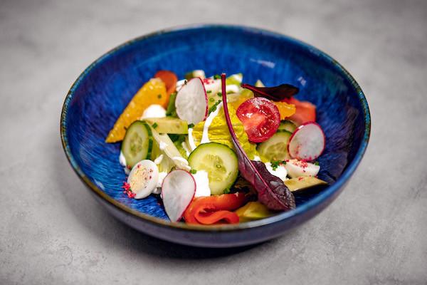 Салат с авокадо, копченым лососем, перепелиным яйцом