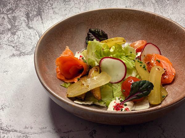 Салат с лососем, медовым картофелем, томатами, диженским соусом
