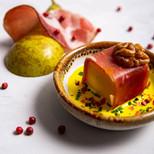 Испанский хамон с грушей конфи и кедровыми орехами