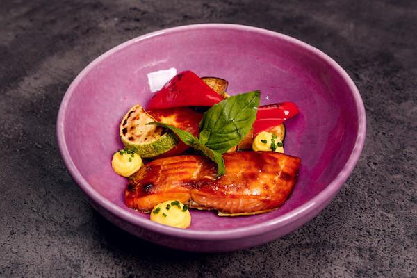 Лосось с овощами-гриль и соусом из артишоков