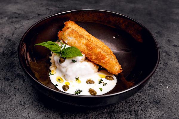 Судак темпура с пюре из жареной картошки, сливочным соусом из каперсов и зеленым маслом
