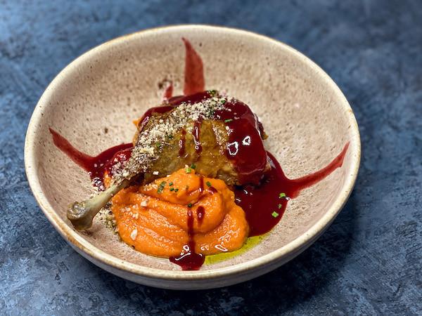 Утиная ножка с пюре из тыквы, вишневым соусом и жареным фундуком