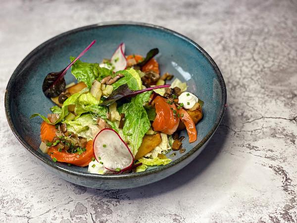 Салат с лисичками, копченым лососем, жареным картофелем, кремом из хрена