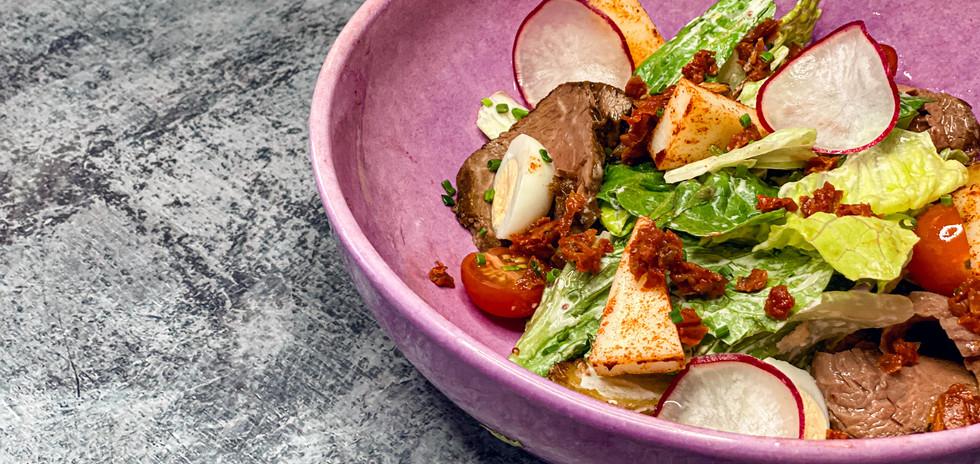 Стейк-салат с ростбифом, печёным беби-картофелем, горчичным соусом, томатами, копченым сулугуни