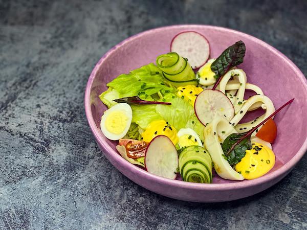 Салат с кальмарами гриль, томатами Черри, огурцами, перепелиным яйцом, соусом Голландез