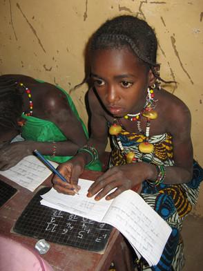 Diawambé: une fillette assidue à l'école, 2007