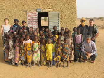 Diawambé: les enfants de l'école, leurs maîtres et la délégation de l'association, février 2008