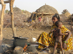 Diawambé: jeune maman avec son petit, février 2008