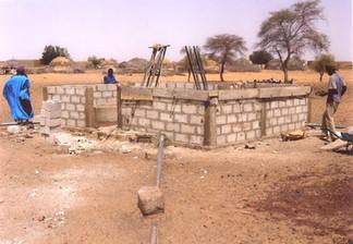 1.Diawambé:  construction d'un mur de protection autour du puits, février 2008