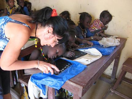 Diawambé: Manou dans l'une des classes de l'école, 2007