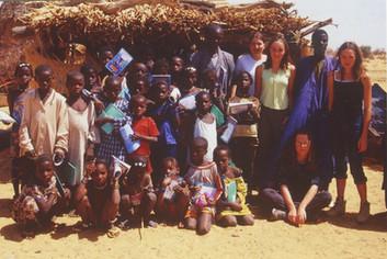 Diawambé: première promotion d'élèves avec quatre collégiennes de Vallon, février 2002