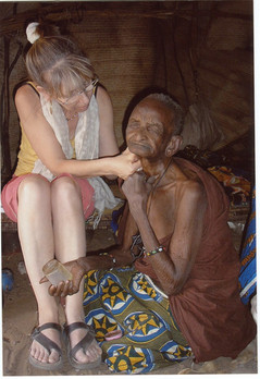 Diawambé: Evelyne en soin dans une case du village, 2006