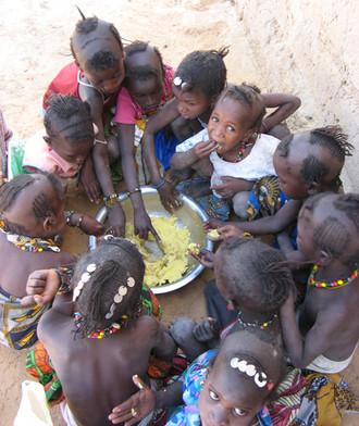 Diawambé: cantine de l'école, côté filles, 2007