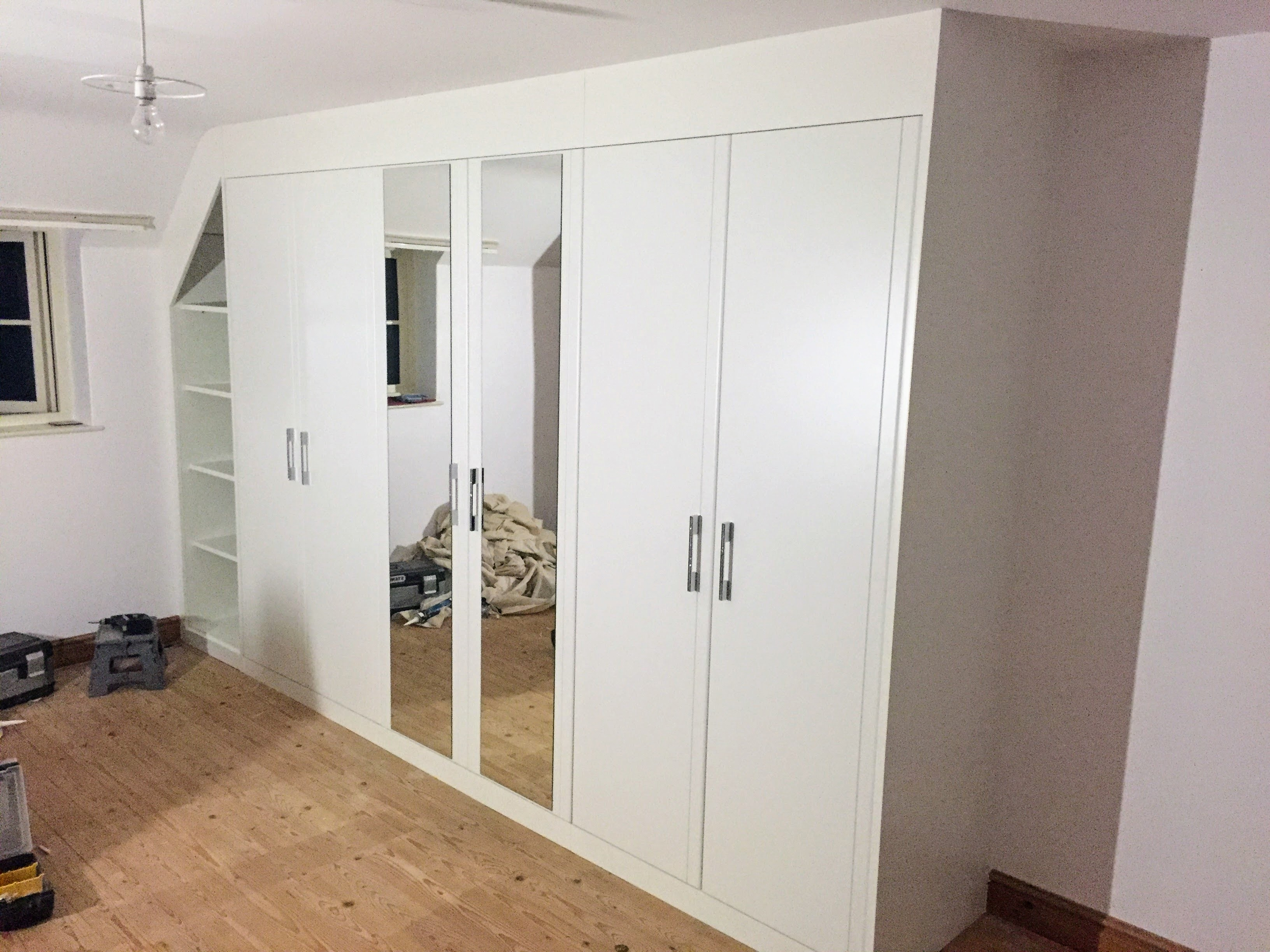 Wardrobe (alcove, mirror, shelves)