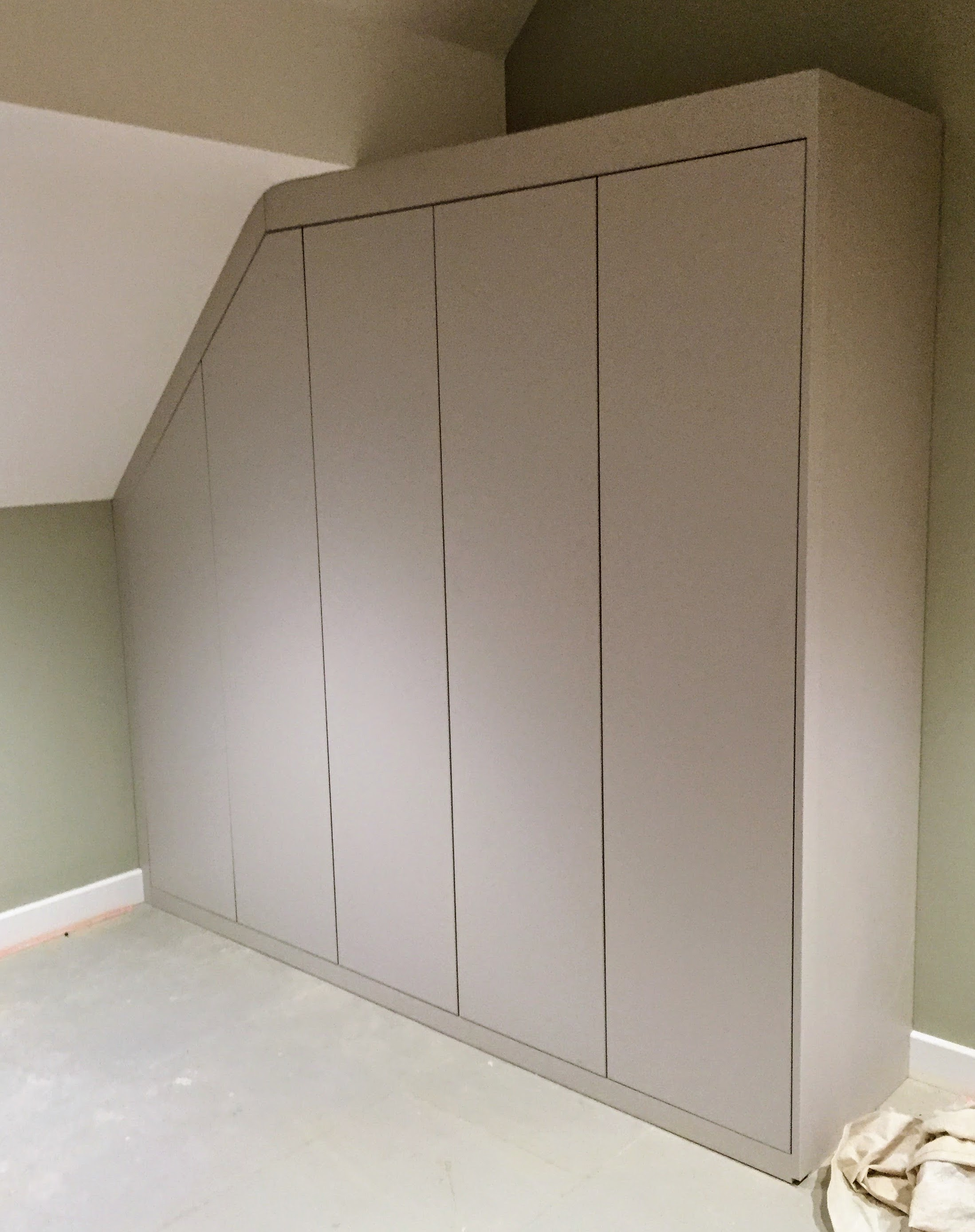 Wardrobe-push open doors sans handle