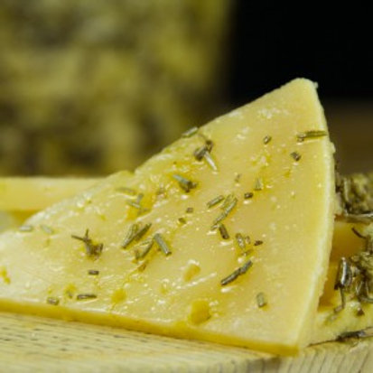 OLD RESERVE SHEEP´S CHEESE FROM LA MANCHA WITH EXTRA VIRGIN OLIVE OIL & ROSEMARY