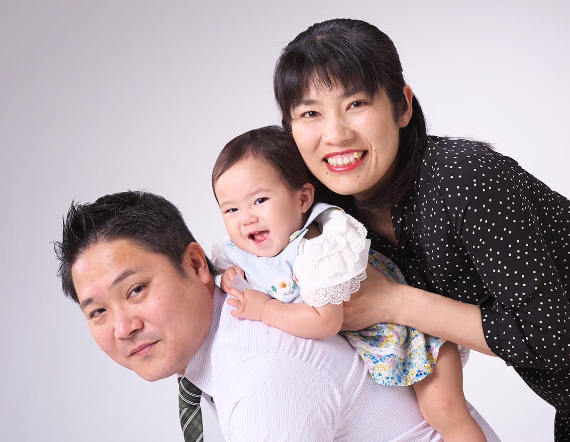 笑顔で家族写真