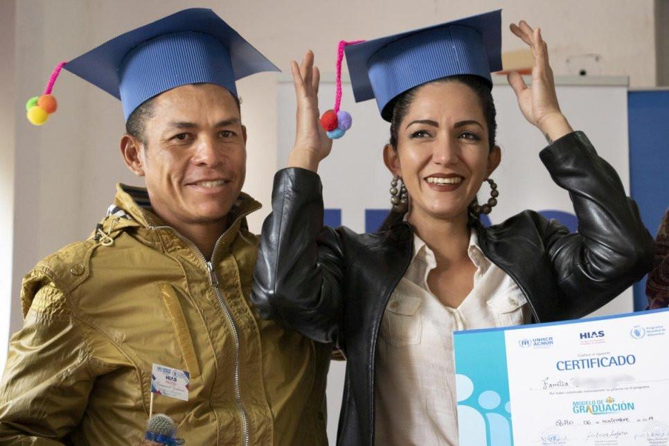 En su nuevo hogar en Ecuador, los venezolanos Osmar y Valeria asisten a una ceremonia de graduación del programa que les ayudó a adquirir las habilidades para reconstruir sus vidas mediante la apertura de sus propios negocios.