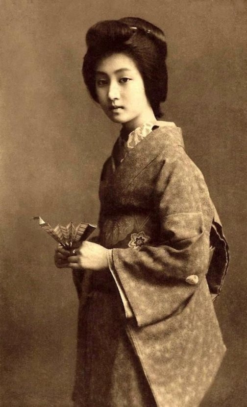 Traditional-female-Japanese-entertainers
