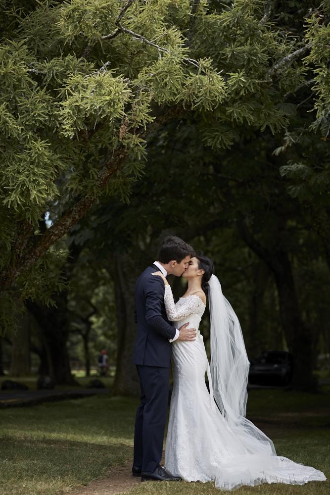 couple kiss