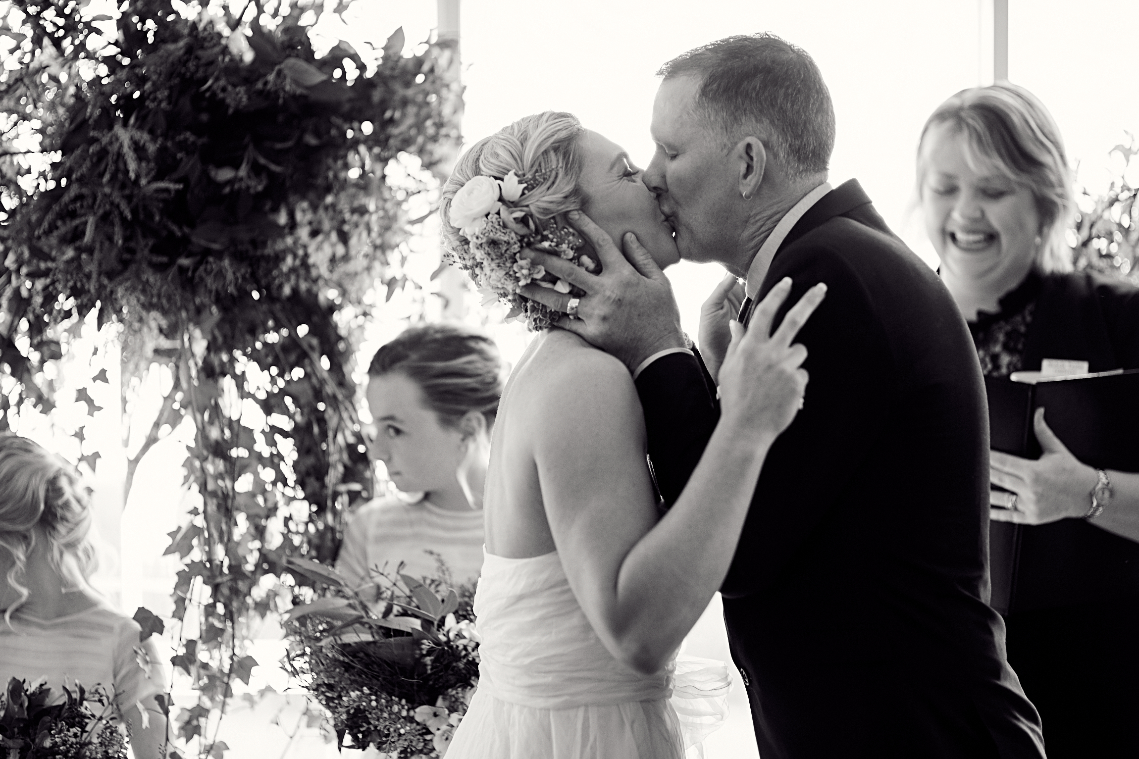 the perfect wedding kiss