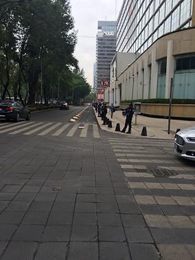 Ciclovía custodiada por policías.