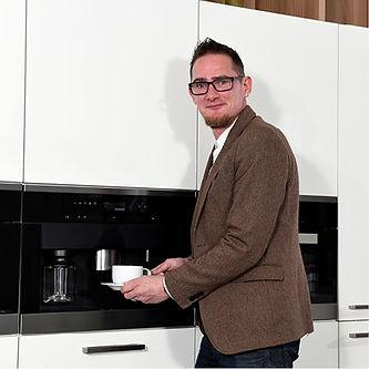 Vertriebsleiter Sven Thorn beim Kaffee machen.