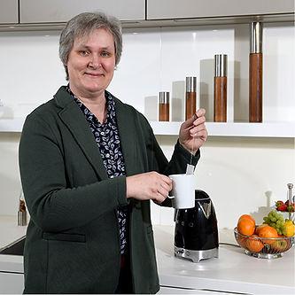 Küchenspezialistin und Architektin Anne Lukwata bei Tee kochen.