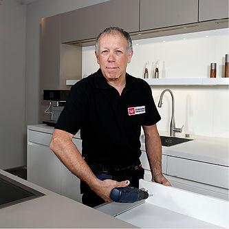 Küchenmonteur Helmut Platz beim Schubladen befestigen.
