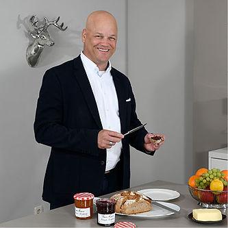 Geschäftsführer Ralph Watkins beim Brot schmieren.