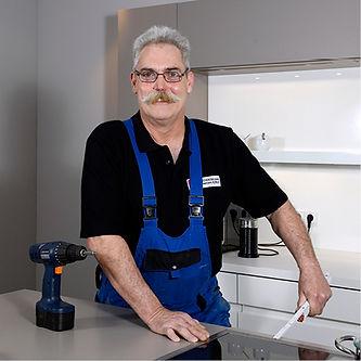 Küchenmonteur Uwe Dettler mit Zollstock.