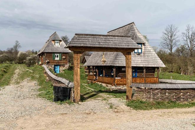 Verzierte Holztore markieren vielerorts Grundstücke und Zugänge zu Gehöften