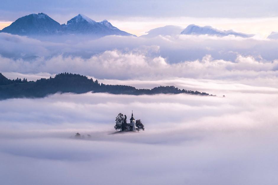 Kirche im Nebelmeer
