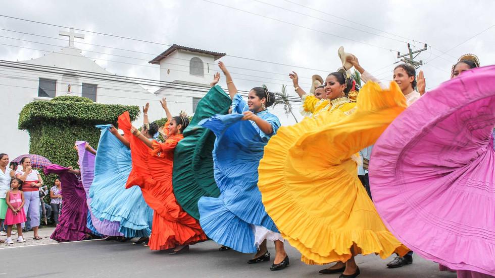 """Parade von Tänzerinnen im Alltagskleid, der """"Pollera Montuna"""" im Ort El Valle de Antón"""